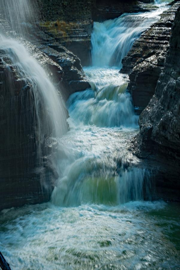 Cascades multiples cascadant dans le passage étroit en parc d'état de gorge de Watkins, New York photo libre de droits