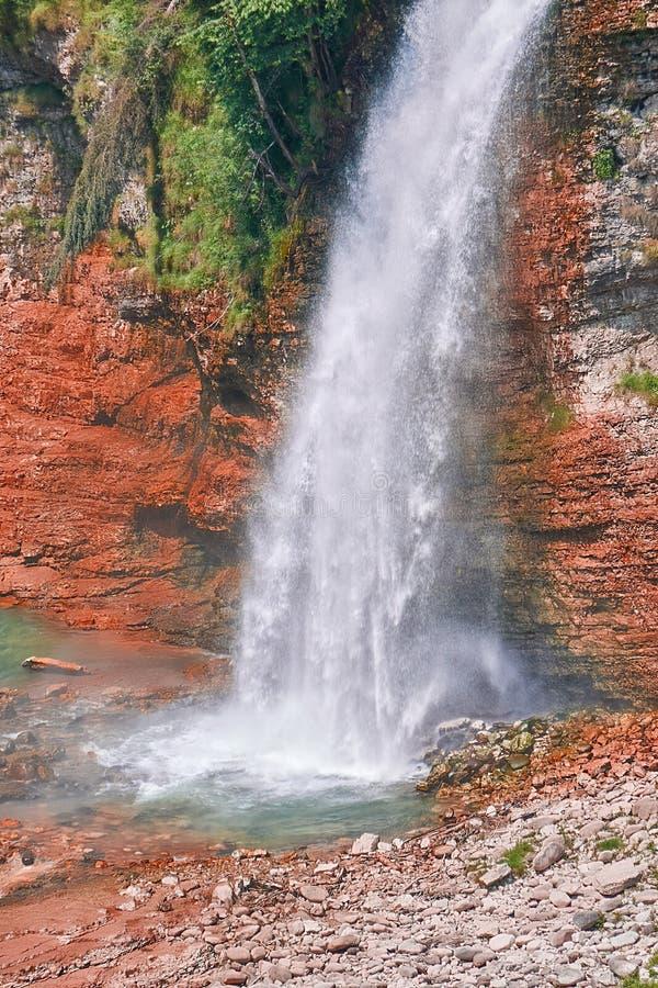 Cascades scéniques dans la montagne photos libres de droits