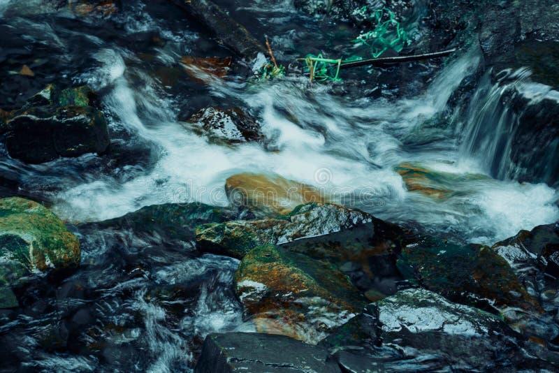 Cascadewaterval in de bergen royalty-vrije stock foto