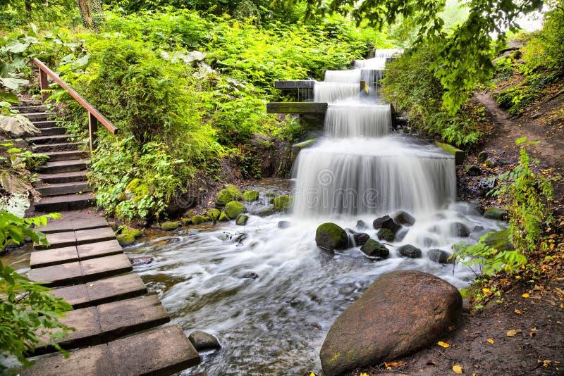 Cascadewaterval in Planten-het park van de V.N. Blomen in Hamburg stock afbeeldingen