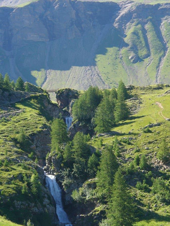 Cascadez l'écoulement au coeur d'une vallée française photographie stock libre de droits