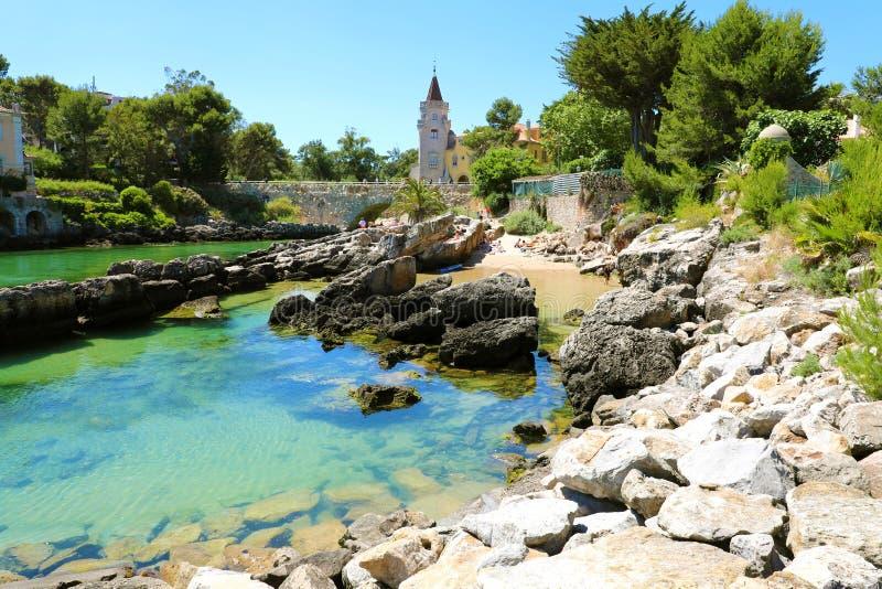 CASCAIS, PORTOGALLO - 25 GIUGNO 2018: vista stupefacente della spiaggia di Santa Marta in Cascais, Portogallo fotografie stock
