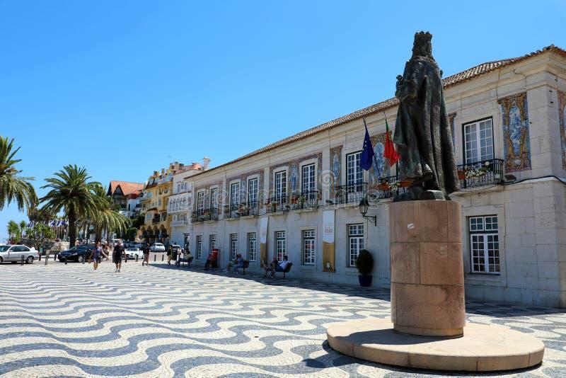 CASCAIS, PORTUGAL - JUNI 25, 2018: Centraal vierkant 5 Oktober in Cascais met standbeeld van Dom Pedro I Cascais is beroemd en po stock foto