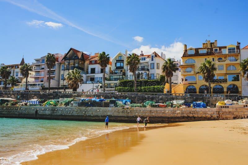 CASCAIS, PORTUGAL - MAART 26, 2018: Een mooie mening van beroemd oud de stadscentrum van Cascais stock afbeelding