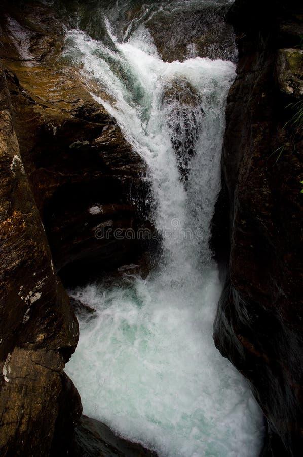 Download Cascata fotografia stock. Immagine di sorgente, pozzo - 56877794
