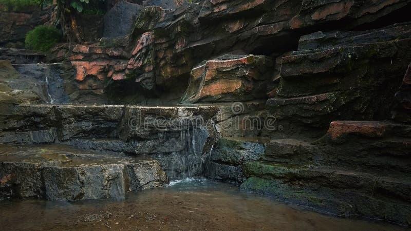 Cascata ad un piccolo fiume fotografia stock libera da diritti