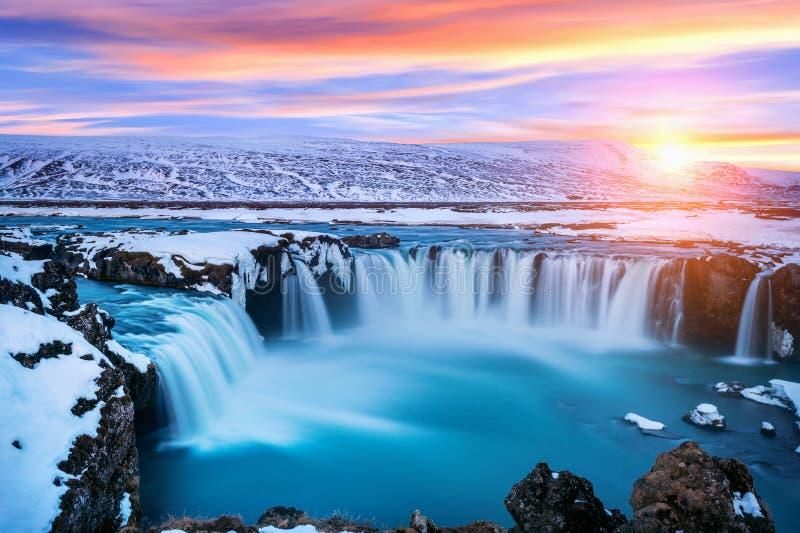 Cascata al tramonto nell'inverno, Islanda di Godafoss immagini stock libere da diritti