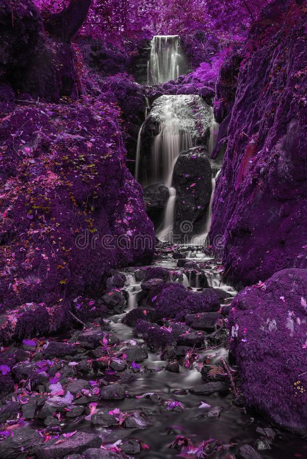Cascata alta di bello colore alternativo surreale che scorre più fotografie stock