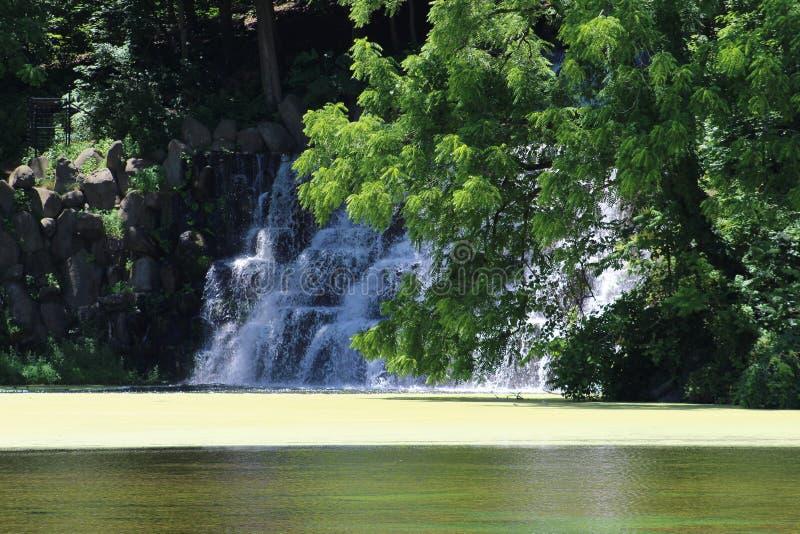 Cascata artificiale nel lago fotografia stock