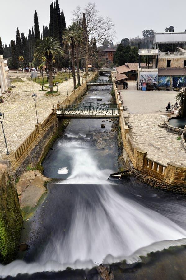 Cascata artificiale sul fiume Psyrtsha in Abkhazia nuovo Afon fotografie stock
