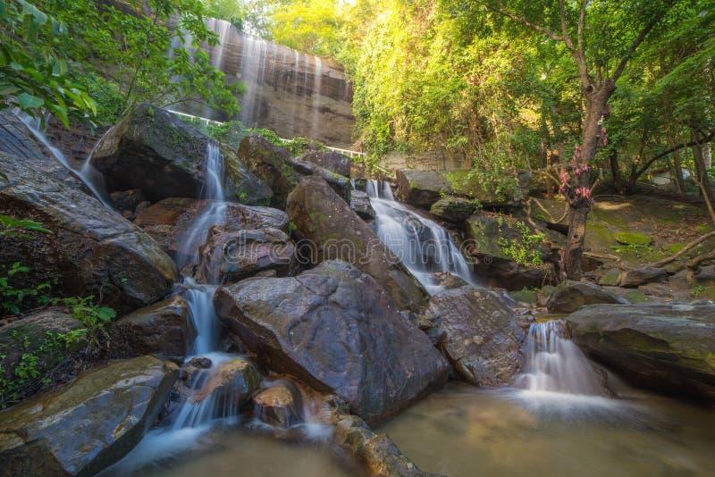 Cascata bella in foresta pluviale a Soo Da Cave Roi et a Thailan fotografie stock libere da diritti