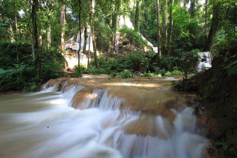 Cascata bianca in Tailandia del Nord fotografia stock libera da diritti