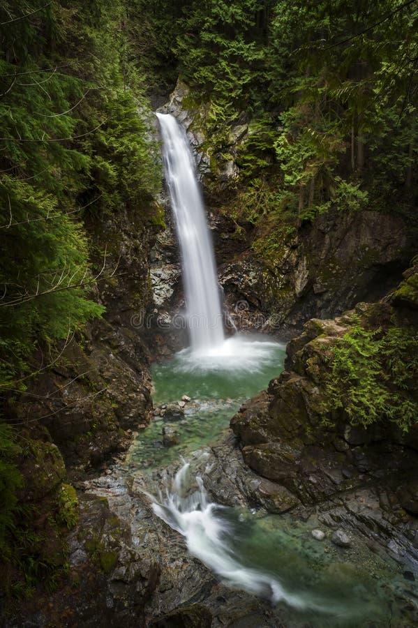 A cascata cai parque regional foto de stock