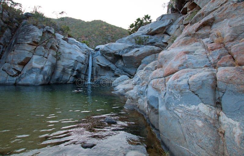 Cascata a Cascada Sol Del Mayo sulla penisola della Bassa California nel Messico immagini stock