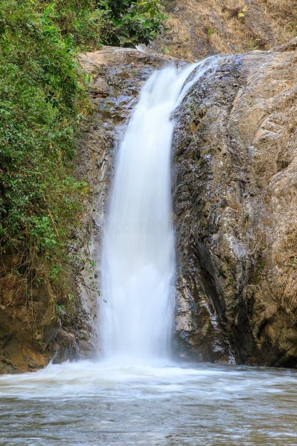 Cascata in Chae Son National Park, Lampang, Tailandia fotografia stock libera da diritti