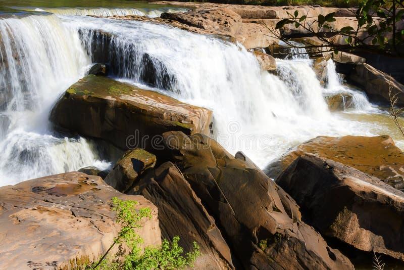 Cascata con le correnti e sole a Kaeng Sopha immagini stock