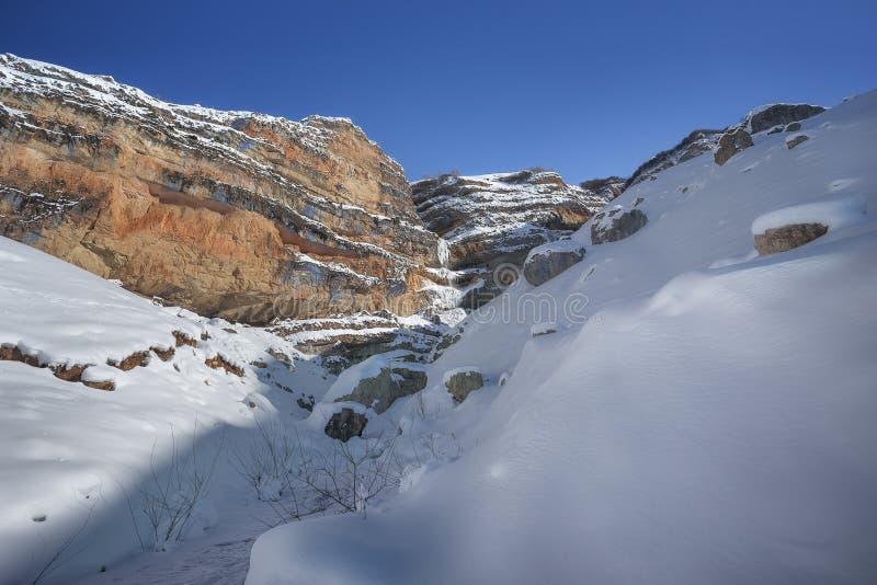 Cascata congelata in montagne di Caucaso fotografie stock libere da diritti