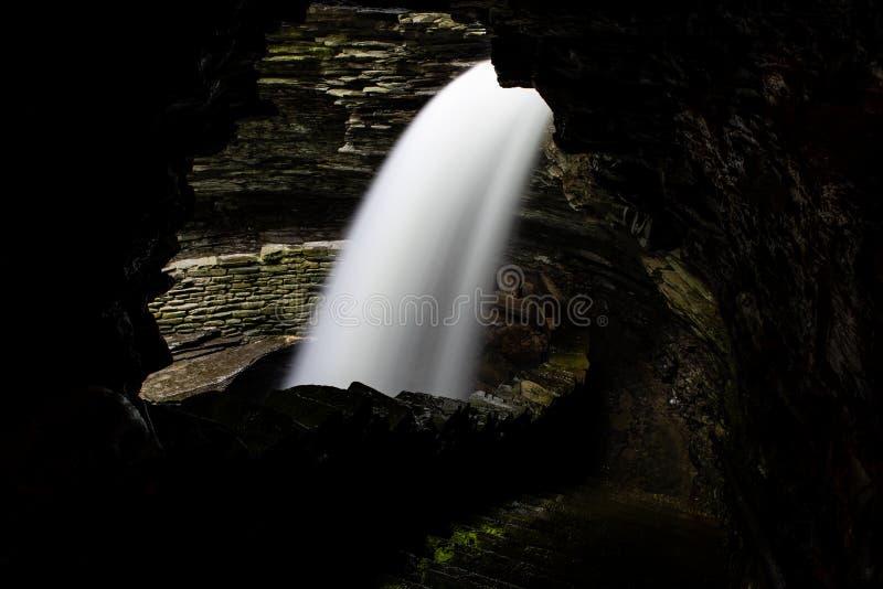 Cascata da caverna - cachoeira longa da exposição - Watkins Glen State Park - New York foto de stock royalty free