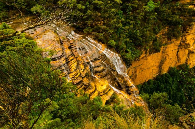 Cascata dalla scogliera superiore della montagna fotografie stock libere da diritti