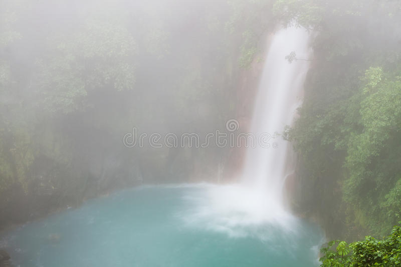 Cascata del celeste di Rio al giorno nebbioso fotografia stock libera da diritti