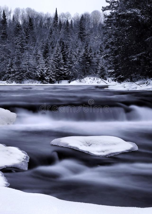 Cascata del fiume di inverno fotografie stock libere da diritti
