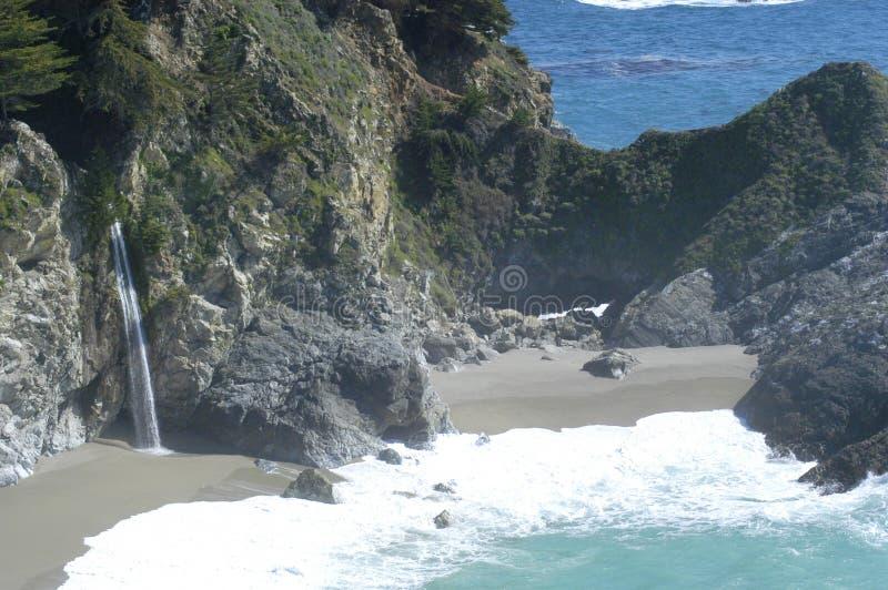 Cascata del litorale della California fotografia stock libera da diritti