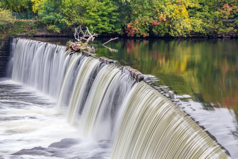 Cascata della diga nel Rhode Island immagini stock libere da diritti