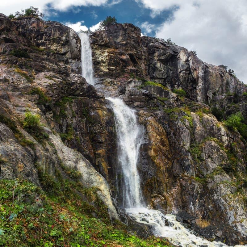 Cascata della montagna dal fiume più glasier Georgia Svaneti di Ushba fotografia stock libera da diritti