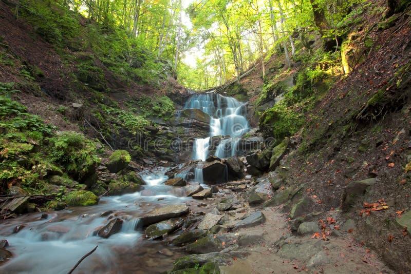 Cascata della montagna di autunno fotografia stock libera da diritti