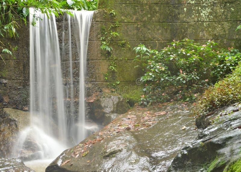 Cascata della parete di pietra immagine stock