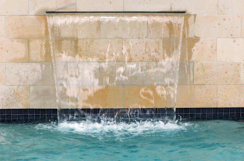 Cascata della piscina immagine stock immagine di for Piscina artificiale