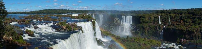 Cascata delle cascate di Iguazu con gli arcobaleni e lo spruzzo come visto dal lato del Brasile fotografie stock