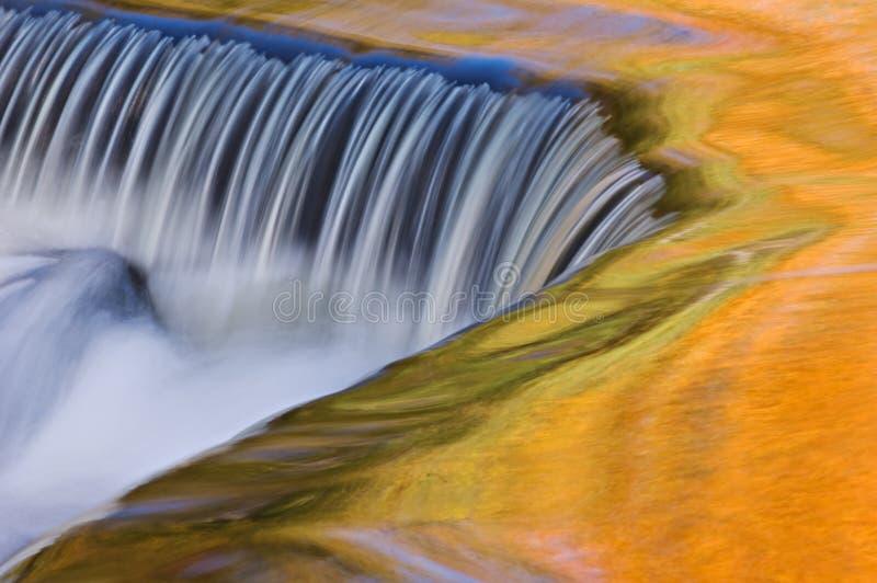 Cascata di cadute dell'obbligazione di autunno fotografia stock