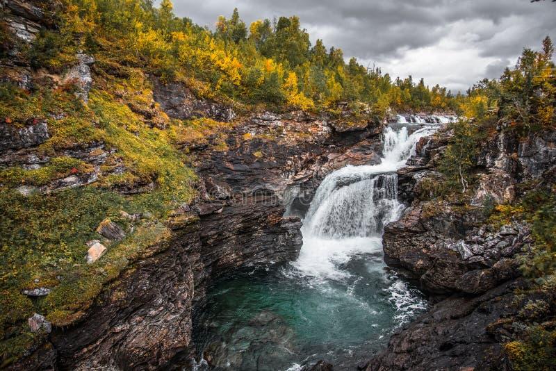 Cascata di Gausta in montagne di Jamtlands immagine stock