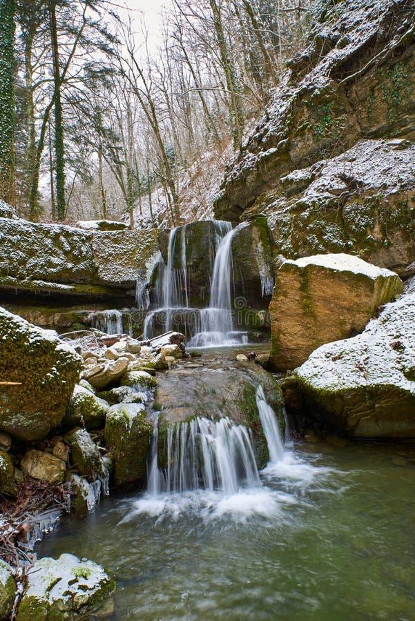 Cascata di inverno su un fiume di Kaverze della montagna fotografie stock libere da diritti