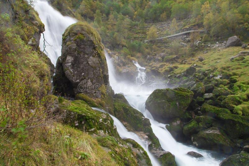 Cascata di Kleivafossen veduta dalla traccia di Briksdalsbreen immagini stock