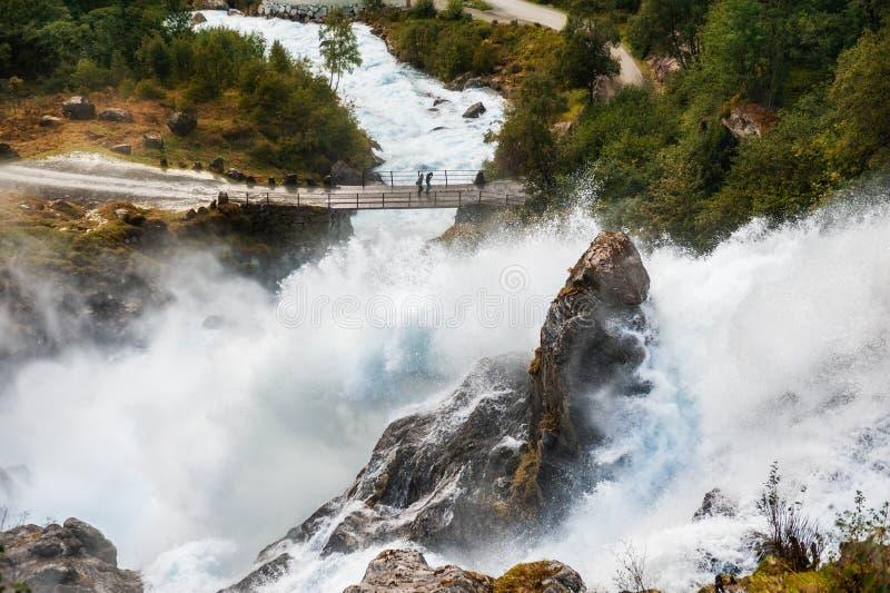 Cascata di Kleivafossen vicino al ghiacciaio di Briksdal in Norvegia immagini stock