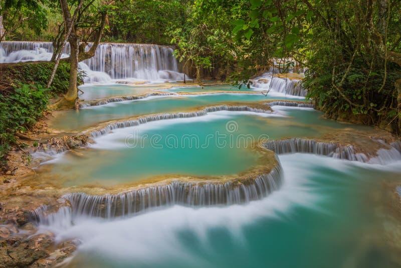 Cascata di Kuang Si con acqua di minerali blu fotografia stock libera da diritti