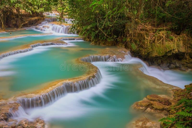 Cascata di Kuang Si con acqua di minerali blu immagini stock libere da diritti