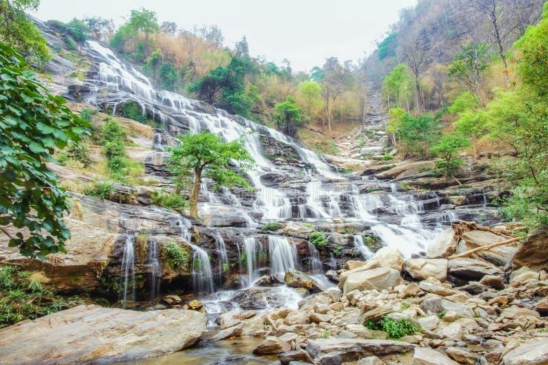 Cascata di Mae Ya al parco nazionale di Doi Inthanon, Chiang Mai, Tailandia fotografie stock