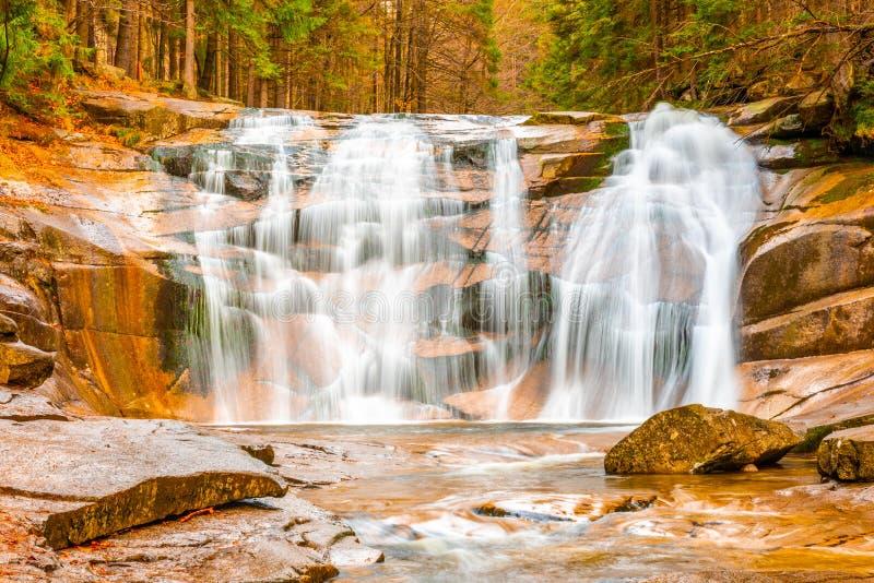 Cascata di Mumlava in autunno, Harrachov, montagne giganti, parco nazionale di Krkonose, repubblica Ceca fotografie stock libere da diritti