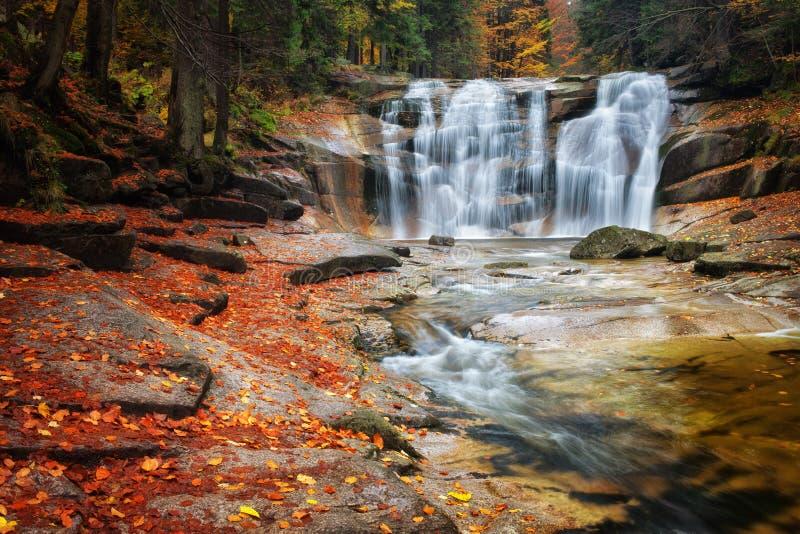 Cascata di Mumlava in repubblica Ceca immagine stock