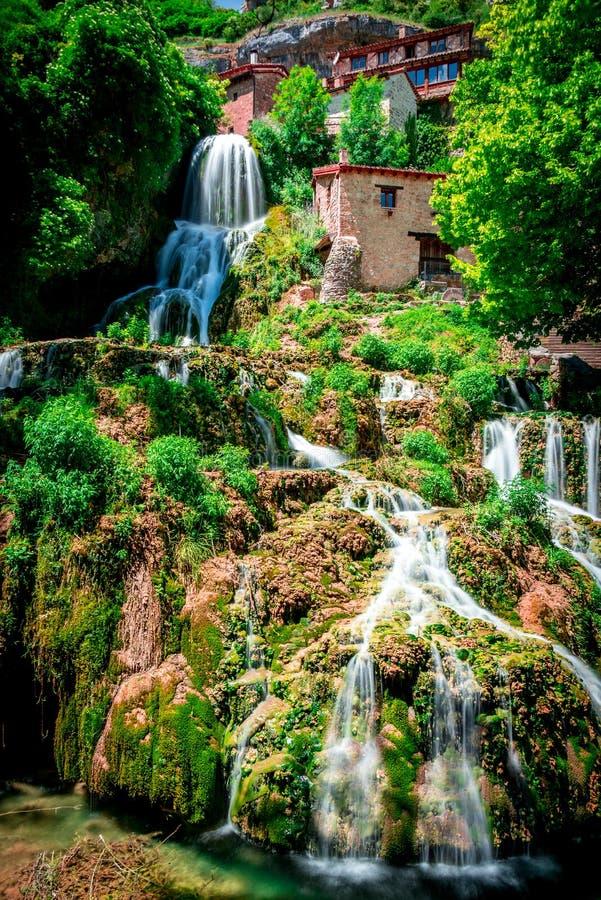 Cascata di Orbaneja del Castillo in primavera fotografia stock