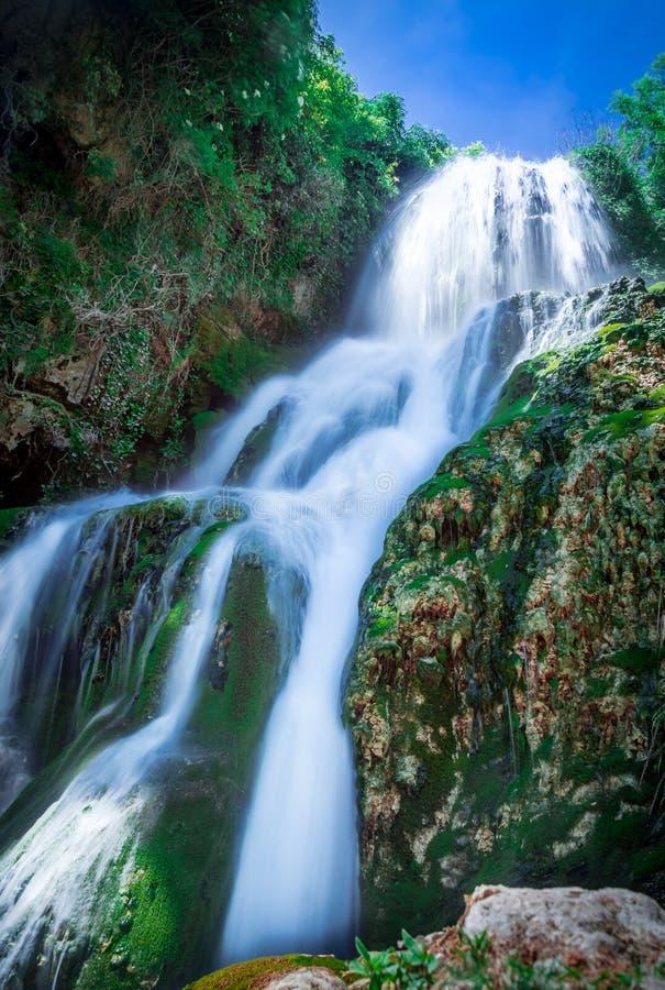 Cascata di Orbaneja del Castillo in primavera fotografie stock libere da diritti
