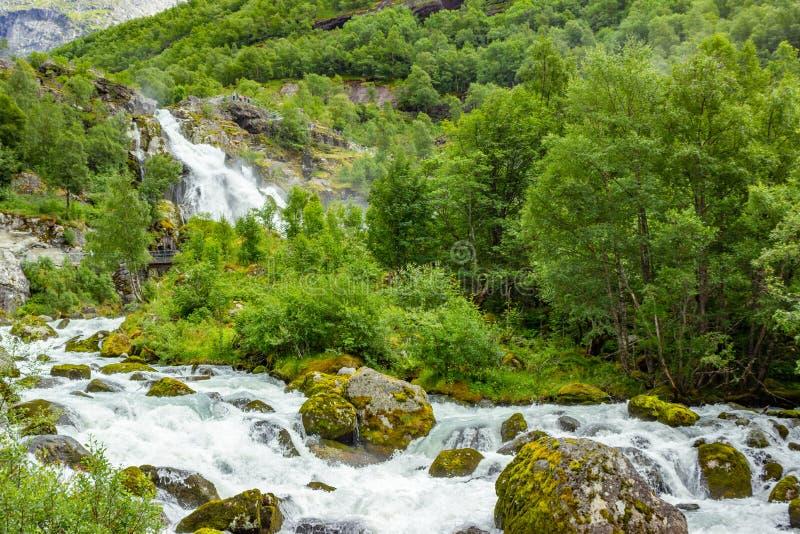 Cascata di paesaggio in ghiacciaio di Briksdal in Norvegia fotografia stock
