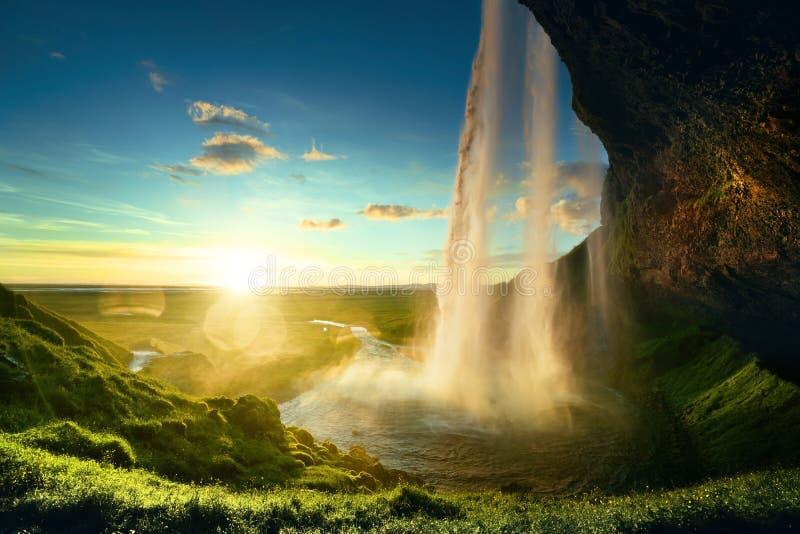 Cascata di Seljalandfoss nell'ora legale immagine stock