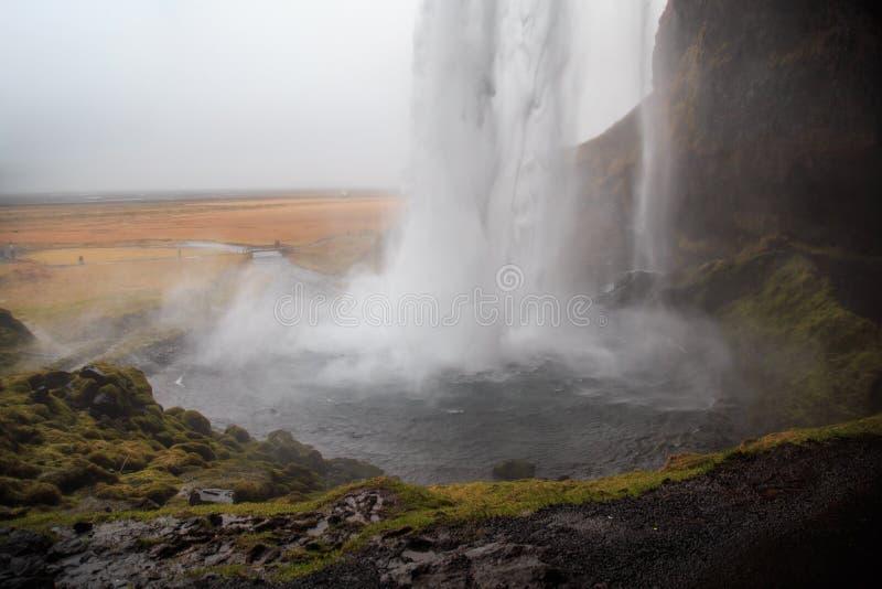 Cascata di Seljalandsfoss in Islanda del sud un giorno di inverno nuvoloso immagini stock libere da diritti