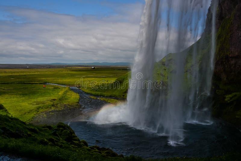 Cascata di Seljalandsfoss, Islanda - vista da sotto con l'arcobaleno fotografia stock