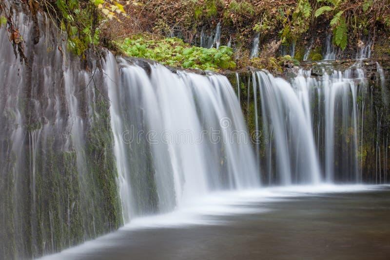Cascata di Shiraito nella stagione di autunno fotografie stock libere da diritti