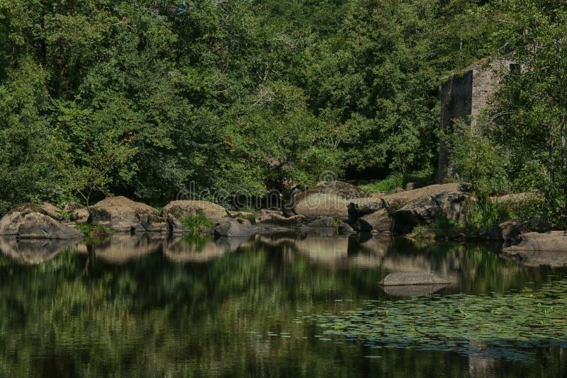 Cascata e cachoeiras perto do La Bodiniere, L 'Yon River Vendee, França imagem de stock